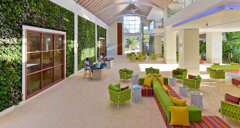 Bunt, luftig, mit begrünten Wänden und Boden aus weißen Sand: Kandima-Rezeption